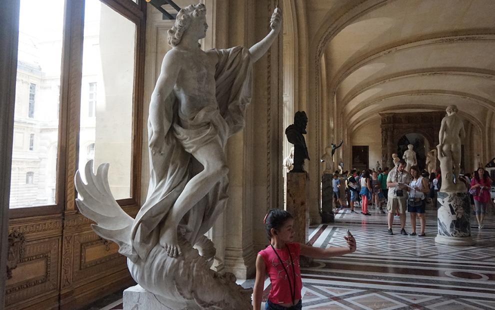 Louvre kids escultura