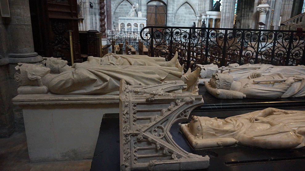 Basilica-Saint-Denis-fileira-estatuas