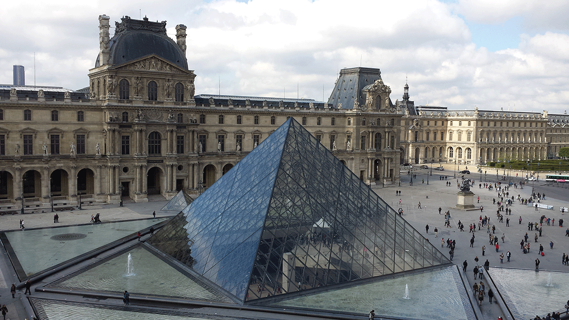Piramide-do-Louvre-lateral