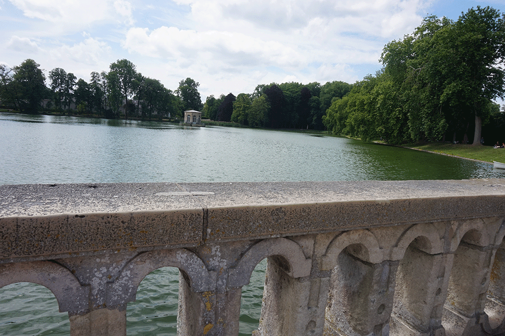 Vista do lago no parque do Castelo de Fontainebleau