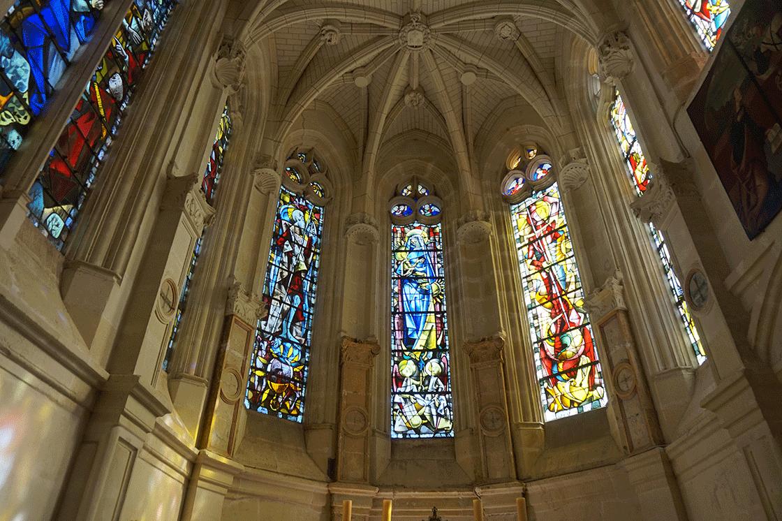 Os vitrais da capela do castelo datam do século XX (1954)