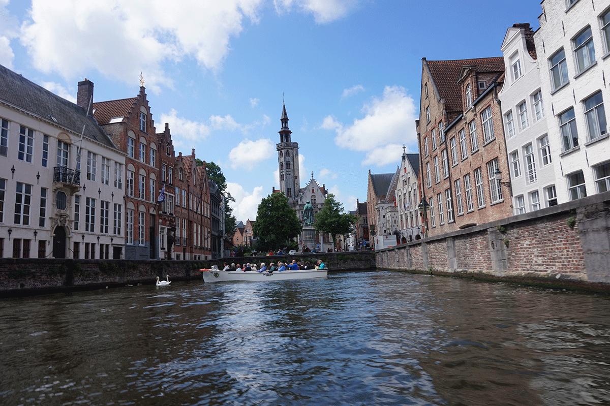 O tradicional passeio de barco pelos canais de Bruges