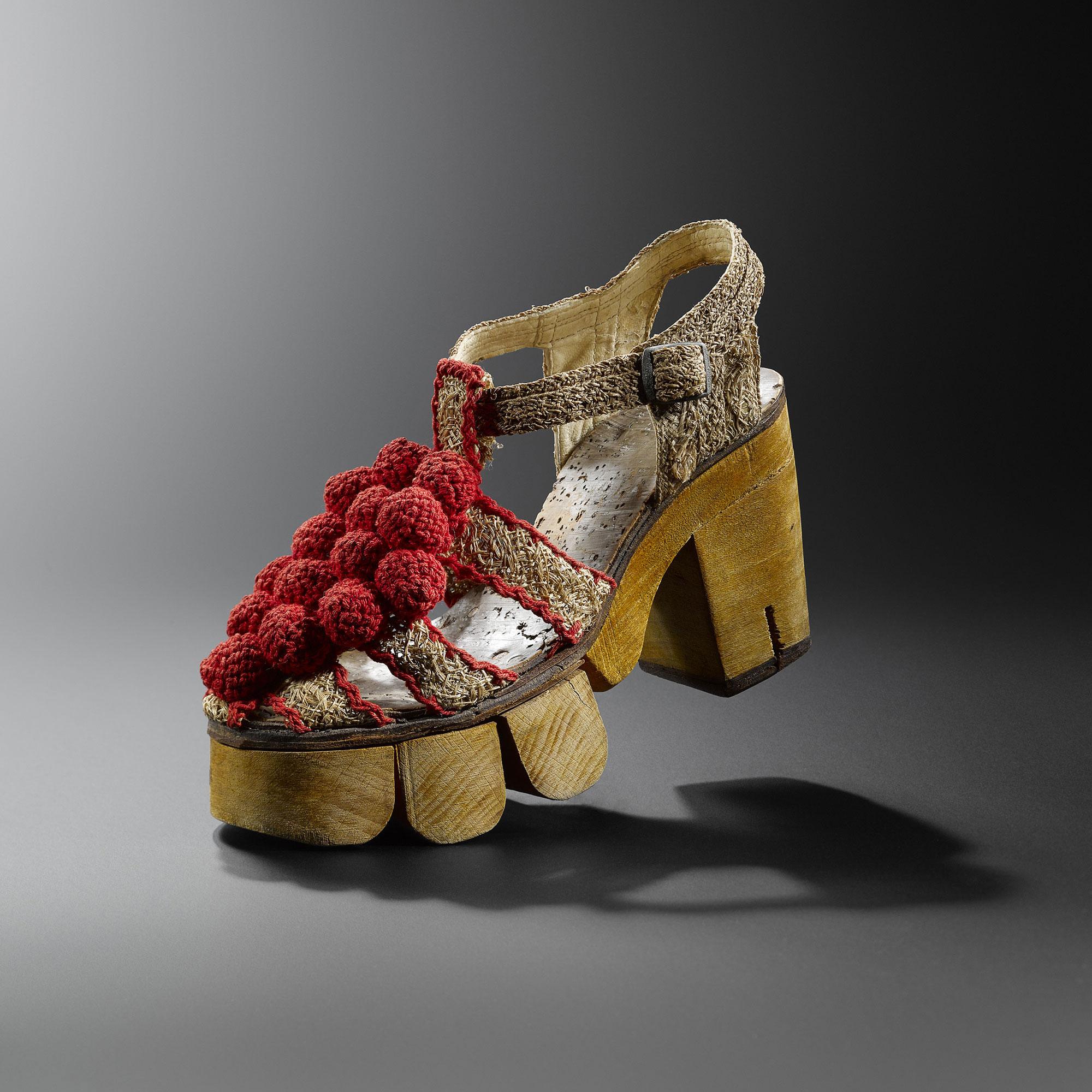 sapatos com solado em madeira