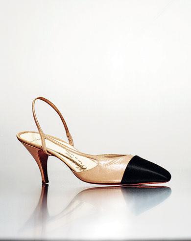 sapato bicolor Chanel