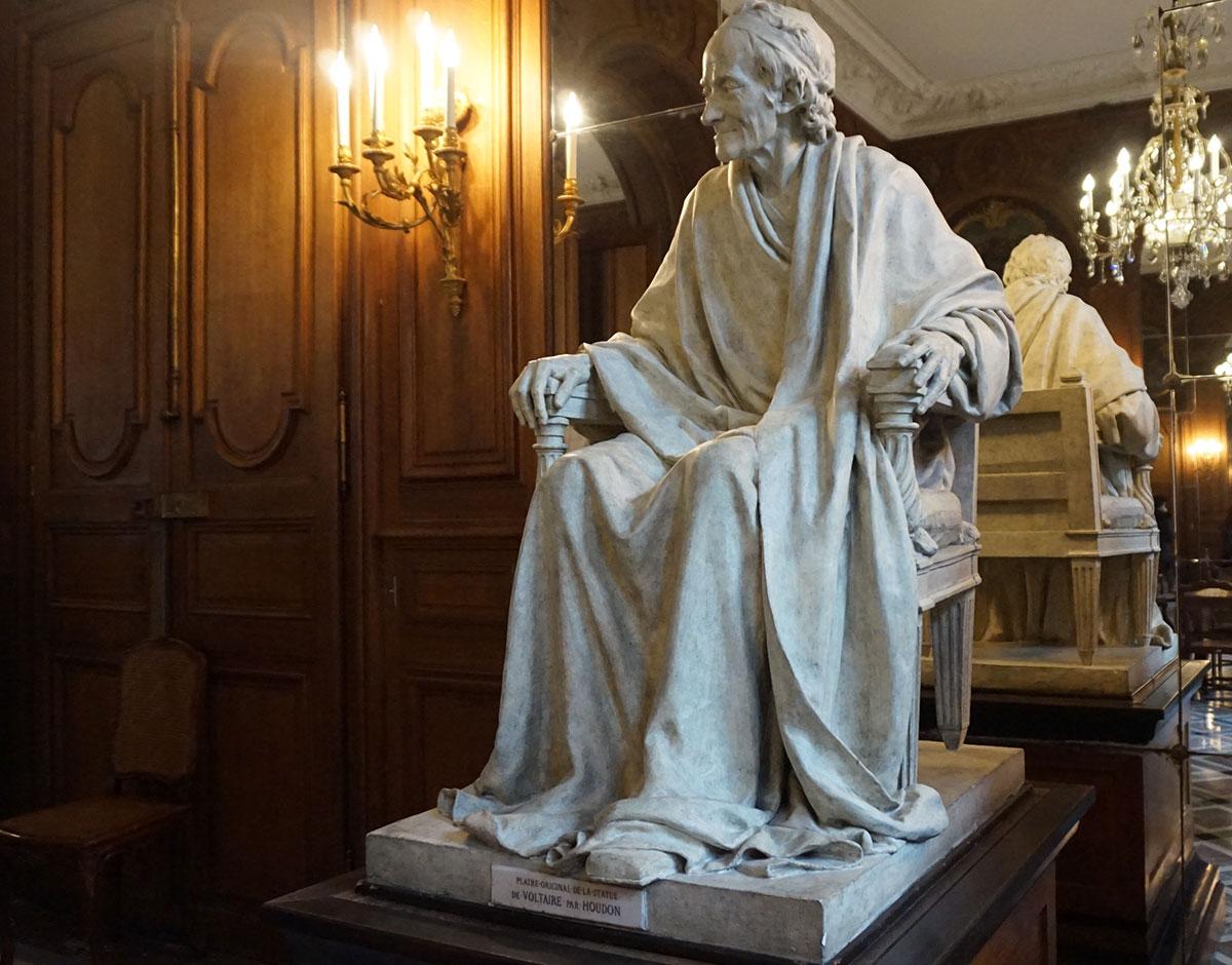 escultura de Voltaire
