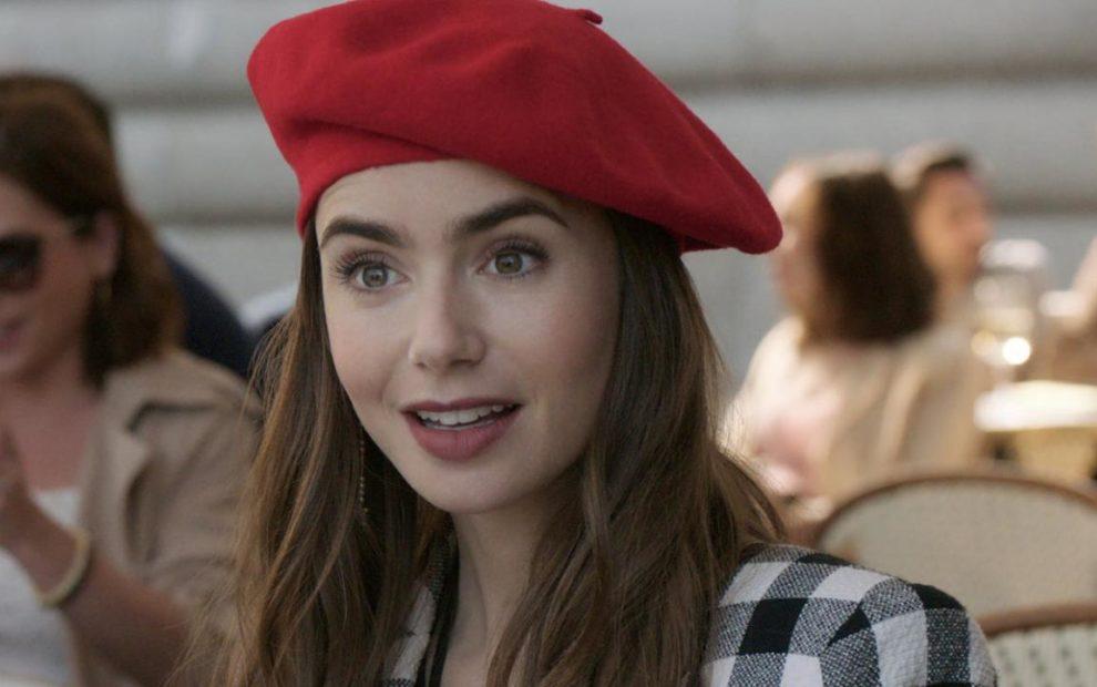 Emily in Paris com look xadrez e boina vermelha